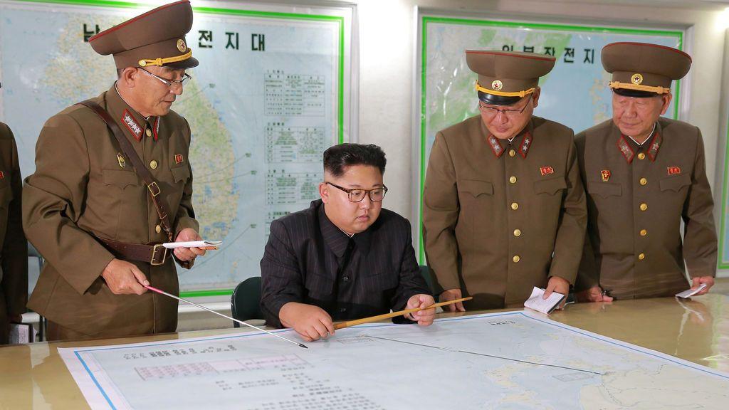 Las fuerzas norcoreanas presentan a Kim Jong Un el plan de ataque contra la isla de Guam