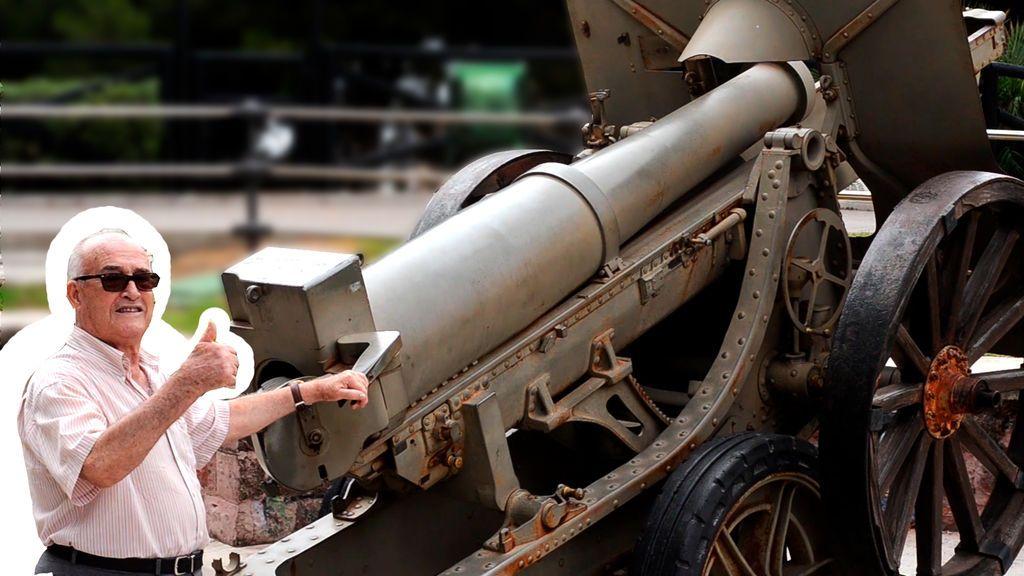"""El abuelo disparando un cañón para los """"nietos viajeros"""""""