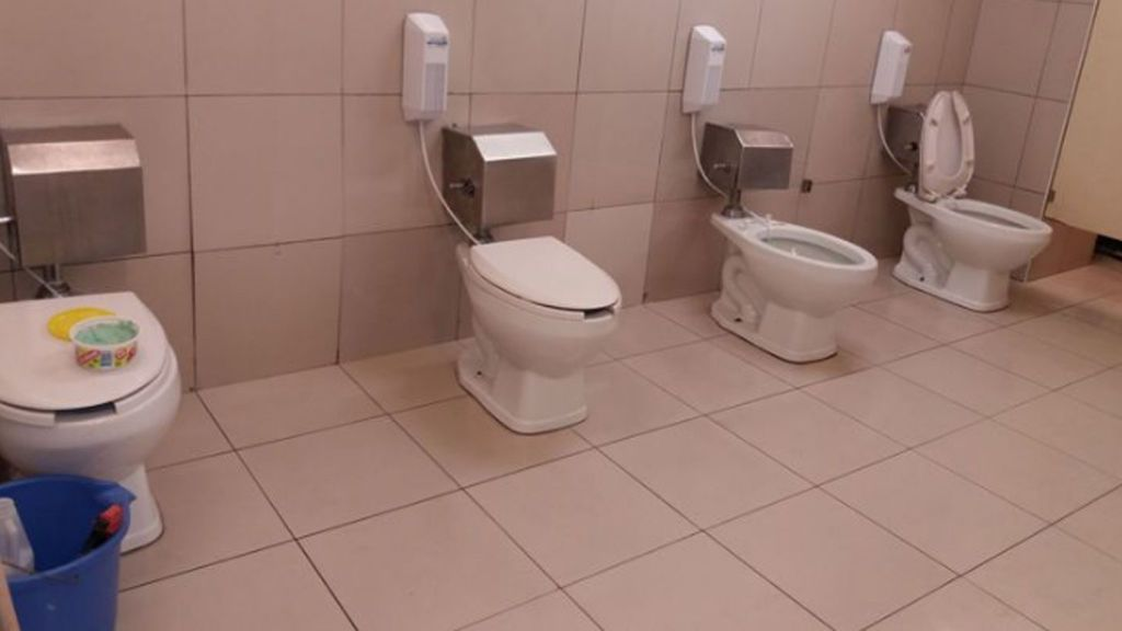 Un hombre denuncia por Facebook la falta de privacidad en los baños de un supermercado de Lima