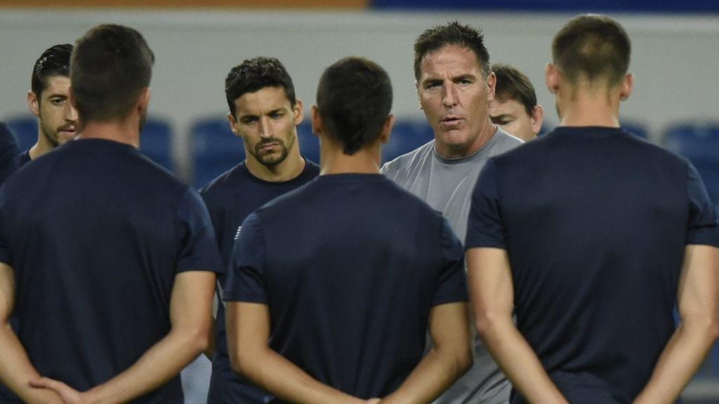 El Basakeshir intenta calentar al Sevilla antes de la previa de Champions… ¡y se lleva un 'zasca' épico!