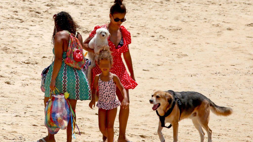 Mónica Cruz disfruta de Cádiz con su madre y su hija Antonella