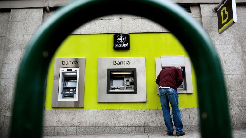Facua denuncia a 11 bancos por utilizar 901 y 902 para la atención al cliente