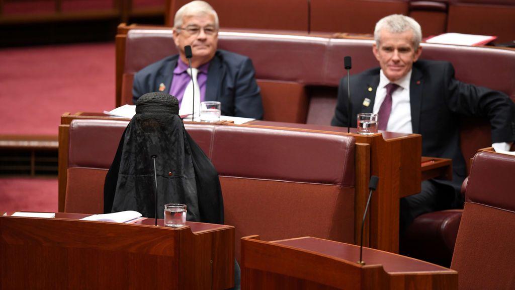 Una senadora australiana, con burka en el pleno del Parlamento