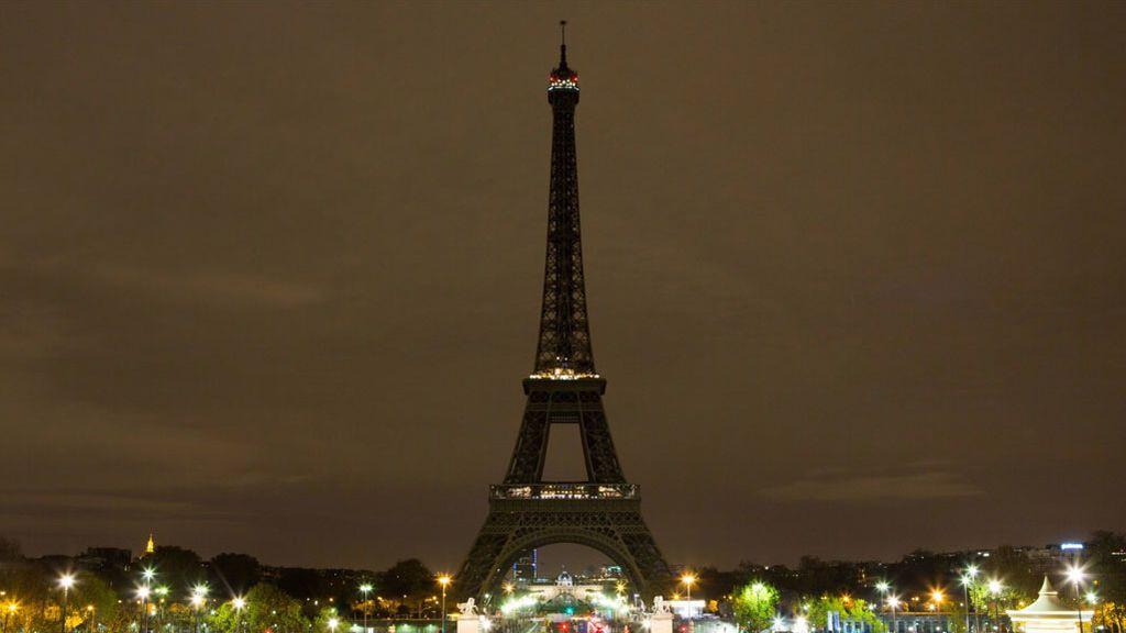 La Torre Eiffel de París apaga sus luces por las víctimas de Barcelona