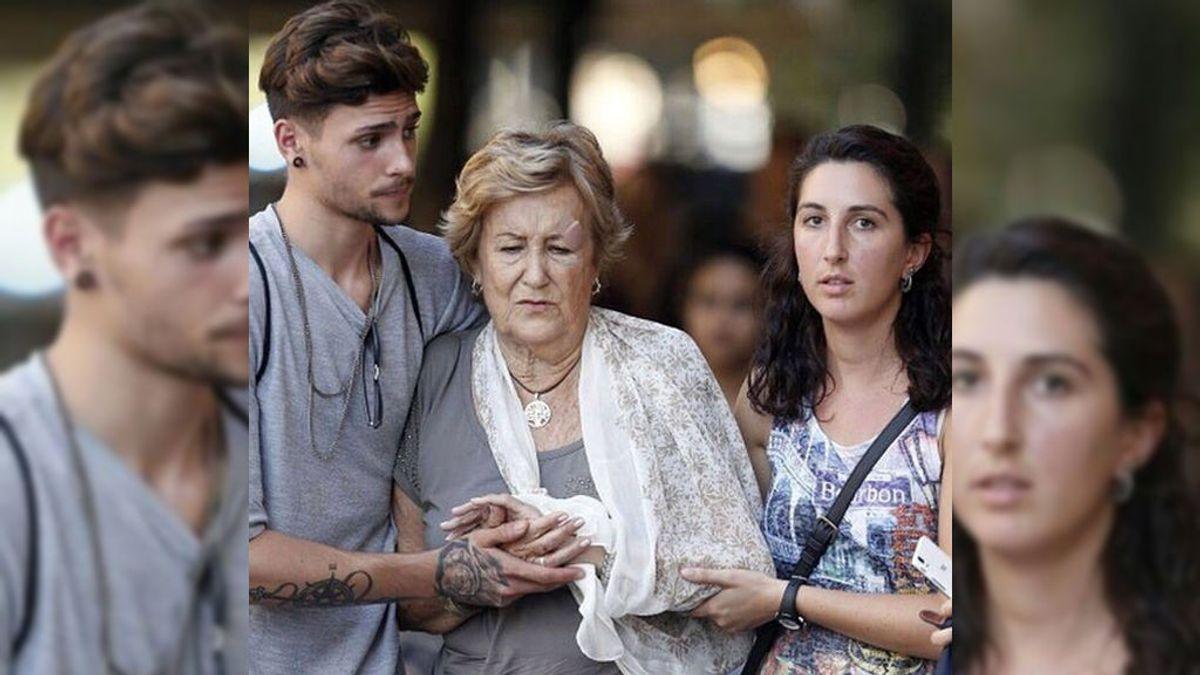 Dos jóvenes, imagen de la solidaridad de Barcelona en el atentado de Las Ramblas