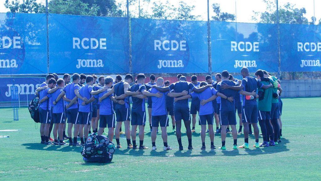 El Espanyol se abraza y guarda un minuto de silencio por las víctimas del atropello en Las Ramblas