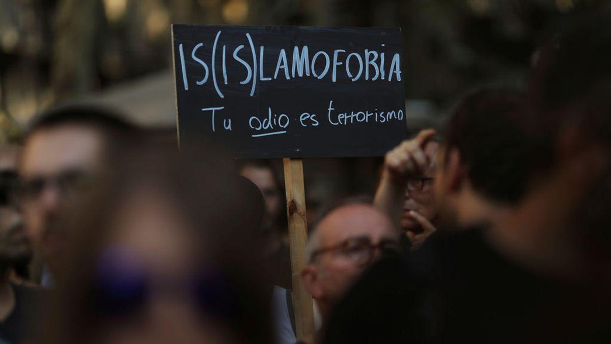 Unos 200 musulmanes se concentran en La Rambla para condenar el ataque