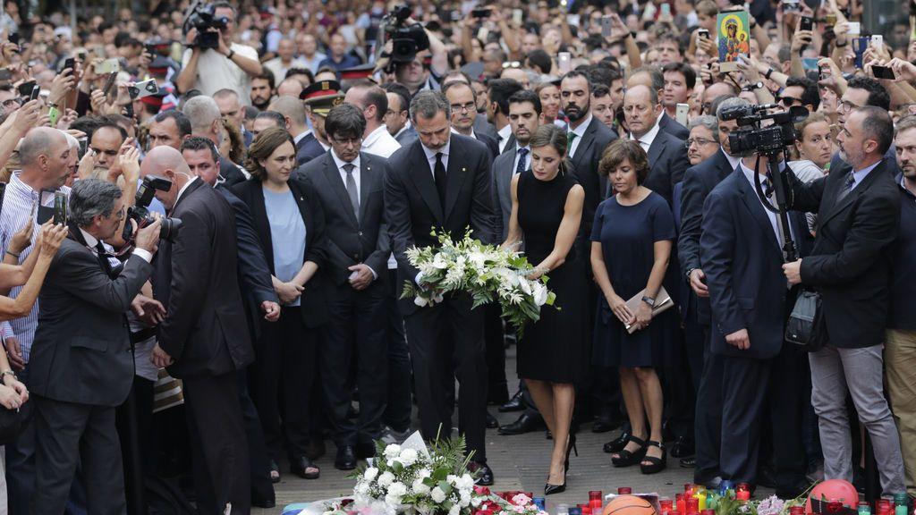 Los Reyes, Puigdemont y Colau hacen una ofrenda en La Rambla