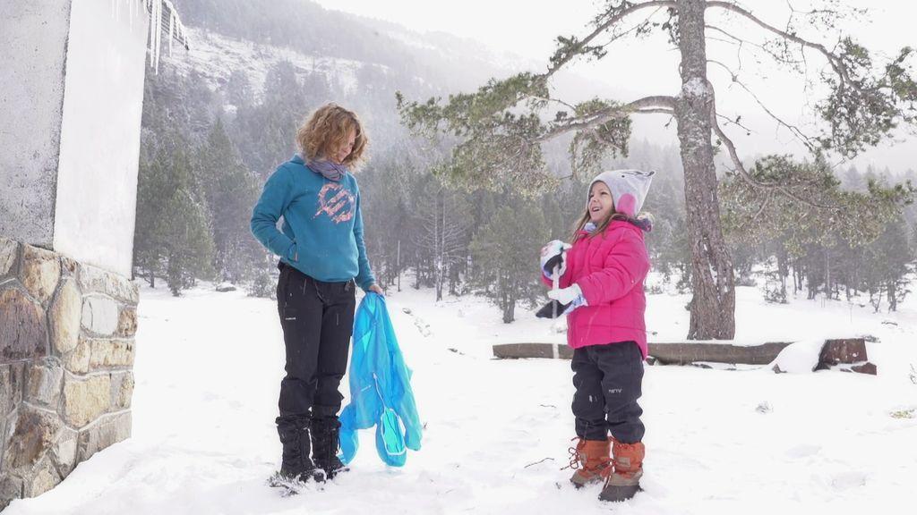 La imaginación de Amaia no tiene límites: ¡Una estalactita de hielo para jugar!