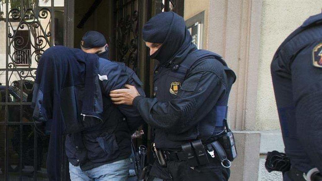 """Los Mossos buscan a """"dos o tres personas"""" relacionadas con los ataques terroristas"""