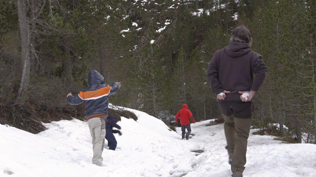 ¡A cubierto! Los Canela Margarit se divierten con una guerra de bolas de nieve