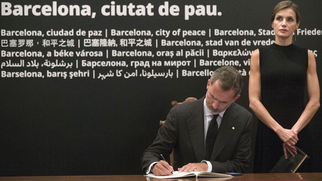 Los Reyes firman el libro de condolencias del Ayuntamiento de Barcelona