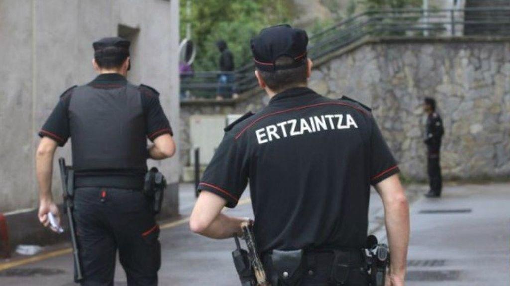 Buscan a un hombre que realizó un disparo en su vivienda ante su mujer y su hijo en Bilbao