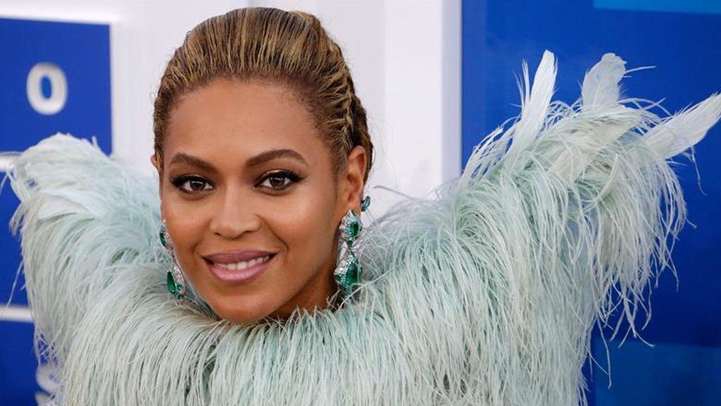 Beyoncé retoca sus cejas con pegamento