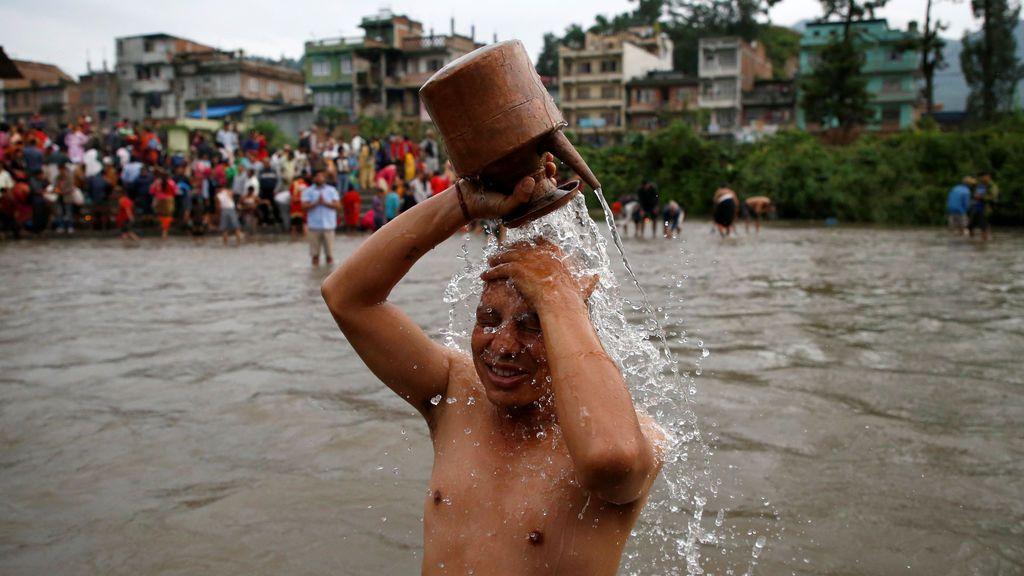 Un devoto se baña en el río Bagmati durante la festividad Kuse Aunse en Katmandú