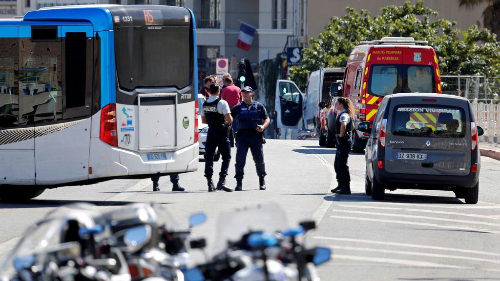 Un muerto al empotrarse un coche contra dos paradas de autobús en Marsella