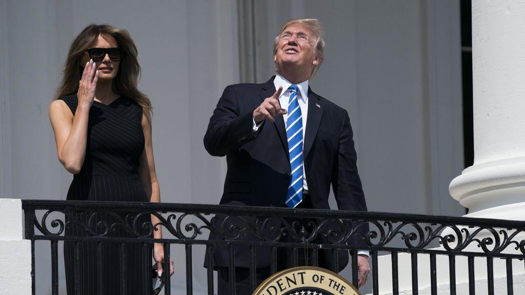 Donald Trump observa el eclipse, sin protección