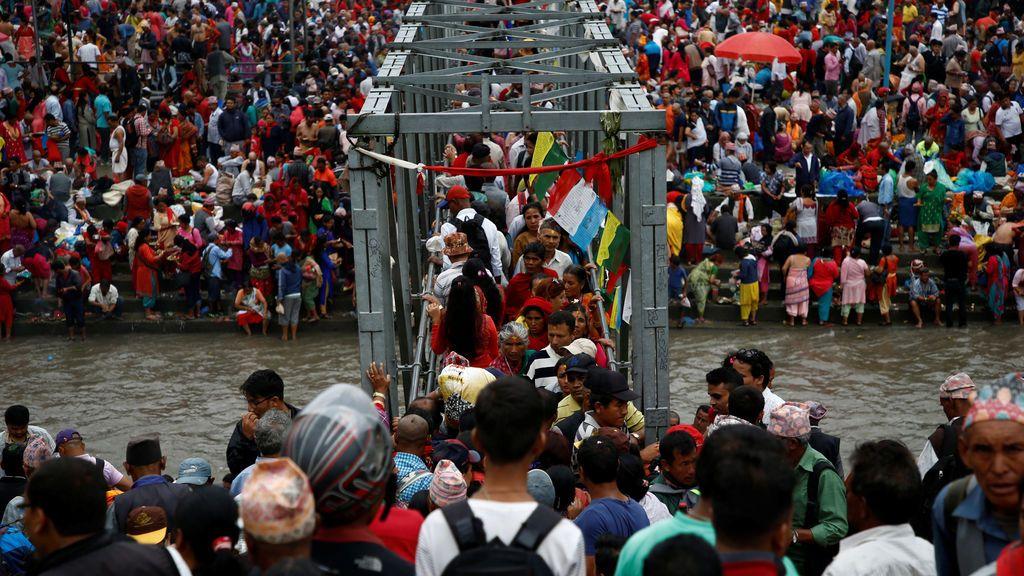 Devotos sobre el puente del río Bagmati en la festividad de Kuse Aunse en Katmandú