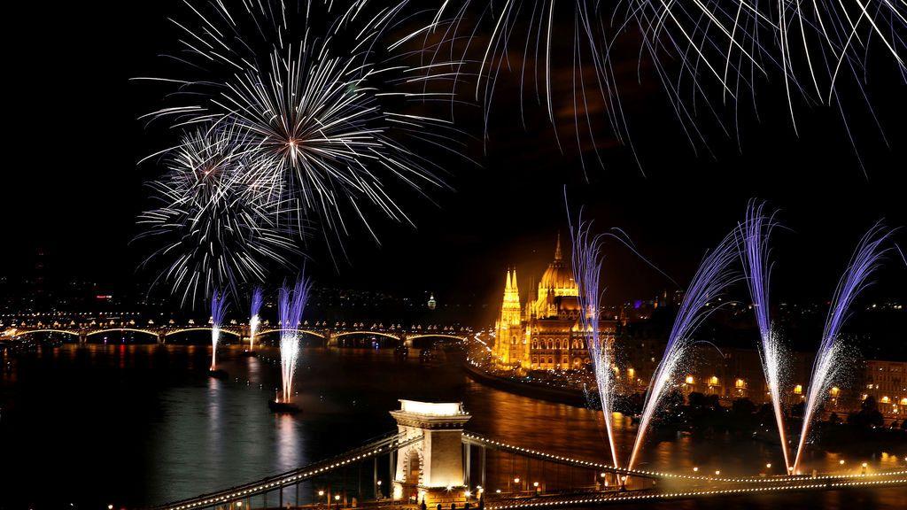 Fuegos artificiales sobre el río Danubio durante el día de San Esteban en Budapest
