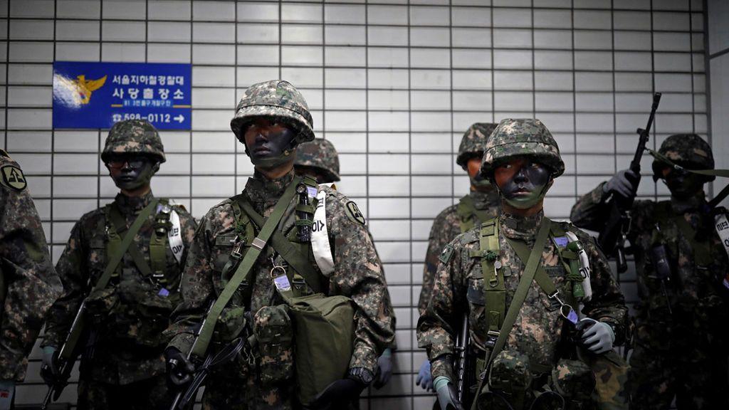 Los soldados surcoreanos participan en un ejercicio antiterrorista