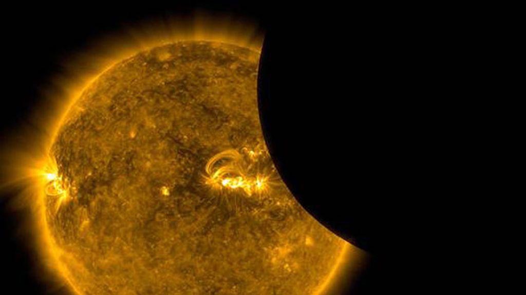 Es un fenómeno en el que el tamaño del Sol y la Luna se igualan