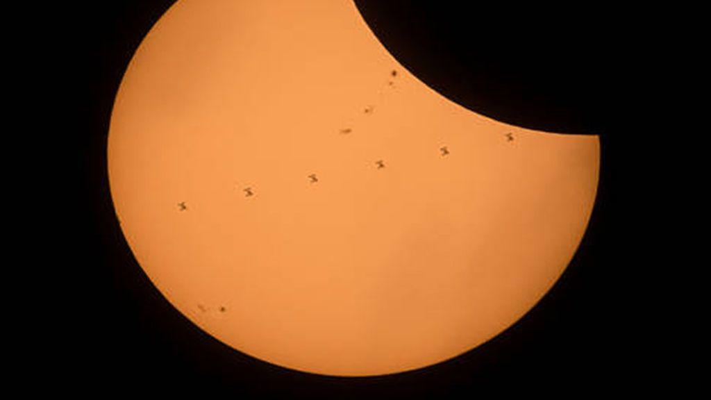 La Estación Espacial Internacional durante el eclipse solar