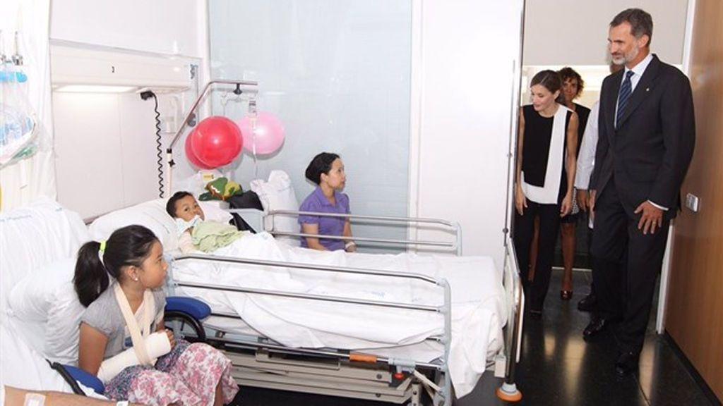 Polémica por la difusión desde la Casa Real de fotos de los reyes visitando a niños heridos