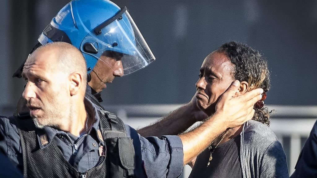 Disturbios en Roma por el desalojo de inmigrantes y refugiados de la Plaza de la Independencia