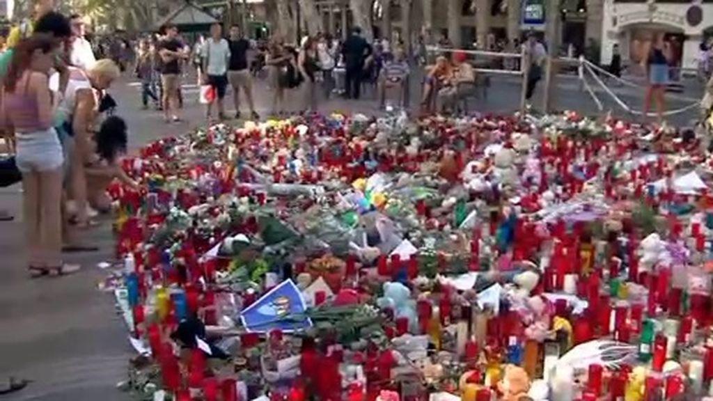 Una semana después del atentado de Las Ramblas, un altar es lo único que frena el paseo de los viandantes
