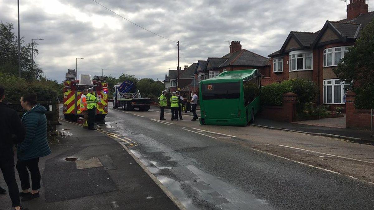 Un autobús urbano se empotra contra una casa en Inglaterra