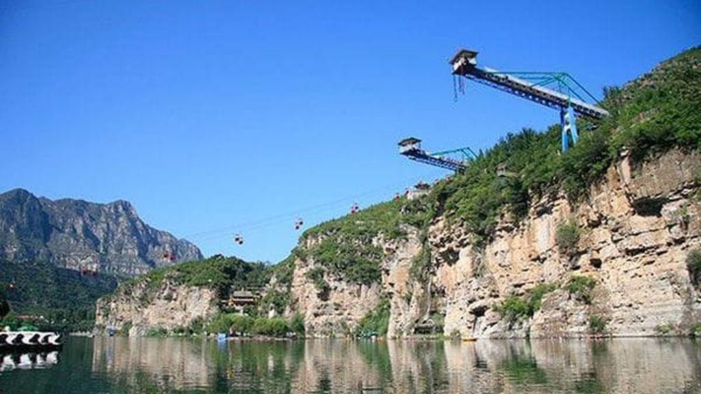 ¡Se le rompe la cuerda haciendo bungee jumping! Afortunadamente cae al agua y solo tiene heridas leves