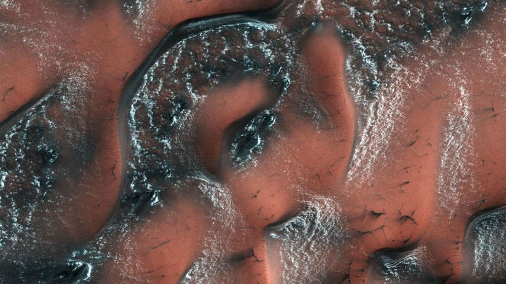 Las dunas de marte aparecen blancas: te contamos como se forma la nieve en el planeta rojo