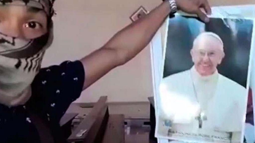El EI difunde un vídeo en el que rompe una foto del Papa y amenaza al Vaticano
