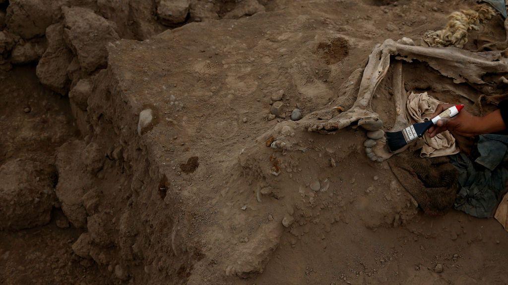 Arqueólogos trabajando en la pirámide precolombina de Bellavista, Perú