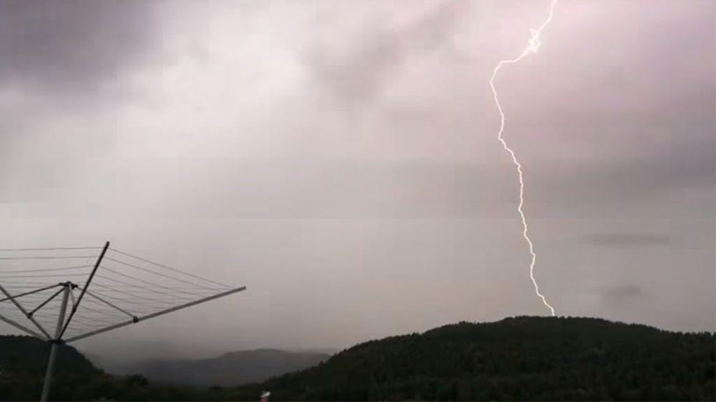 Graba una tormenta desde su casa y le cae un rayo al lado