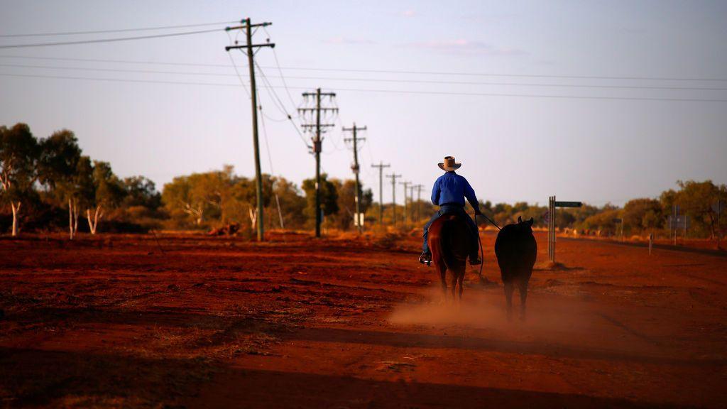 Un hombre monta a caballo en Queensland, Australia