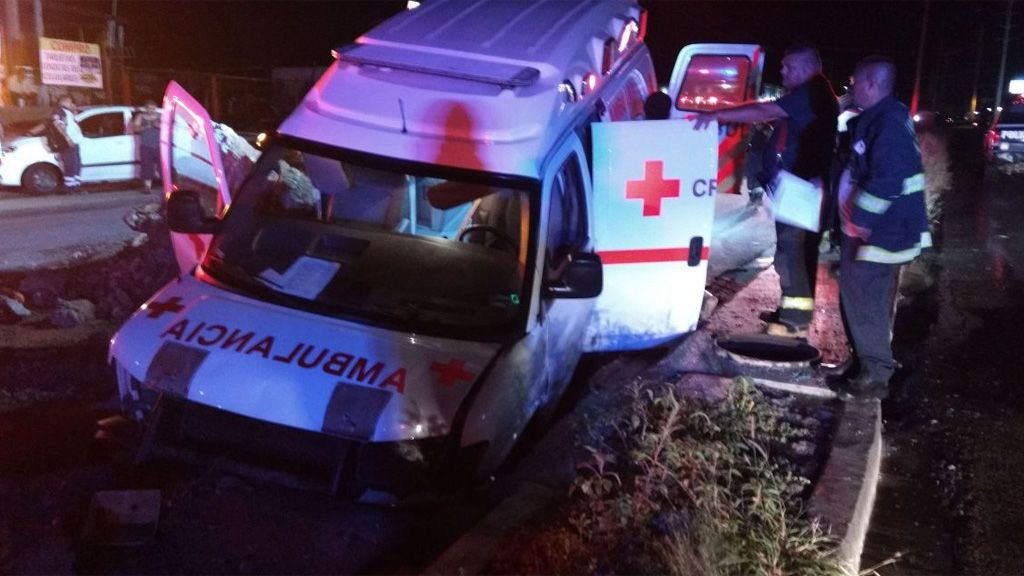 Una ambulancia cae a un socavón cuando trasladaba a una embarazada al hospital