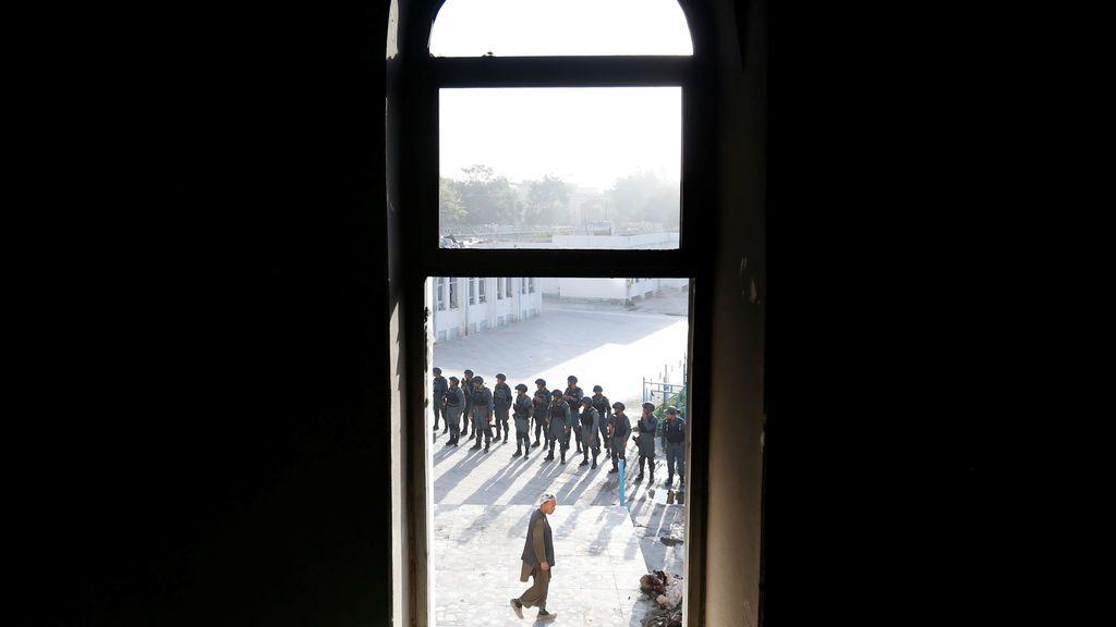 La policía afgana inspecciona una mezquita musulmana chiíta