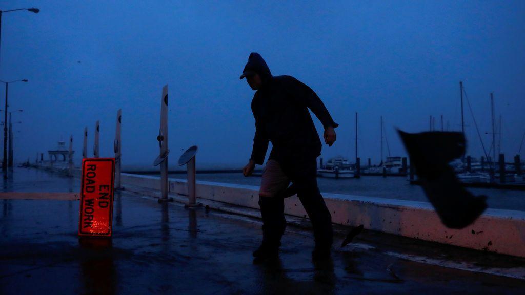 Un hombre trata de mantener el equilibrio tras fuertes ráfagas de viento durante el Huracán Harvey