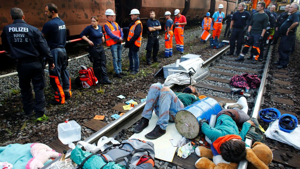 Dos activistas se atan a la vía del tren en protesta contra el lanzamiento del complejo de la carbonera Garzweiler en Alemania