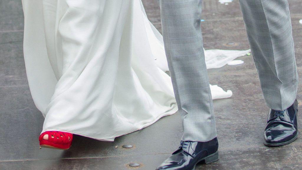 Vestido de novia blanco con zapatos azules