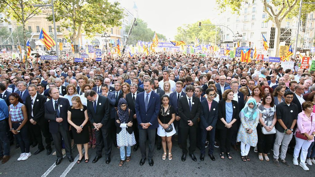Multitudinaria manifestación contra el terrorismo en la capital catalana