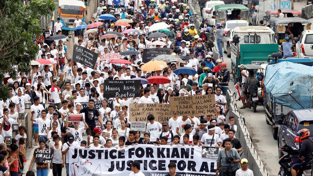 Manifestación por la muerte de un estudiante de 17 años durante una operación anti drogas en Filipinas