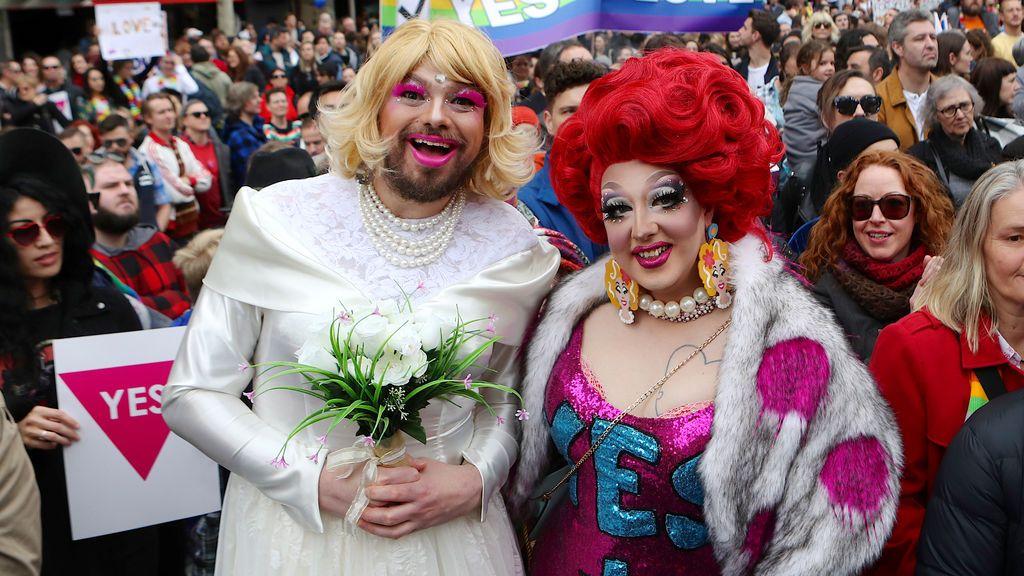 Un hombre con un vestido de boda con otro participante en la manifestación por la la igualdad de matrimonio en Melbourne