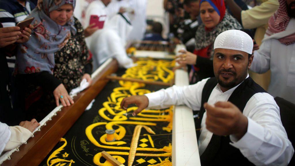 Un hombre borda la Kiswa al comienzo de la anual peregrinación de Haj, en una fábrica de la sagrada ciudad de la Meca