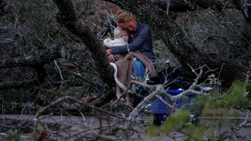 Lisa Rehr sujeta a su hijo de 4 años después de perder su casa en el huracán Harvey y esperan ser evacuados
