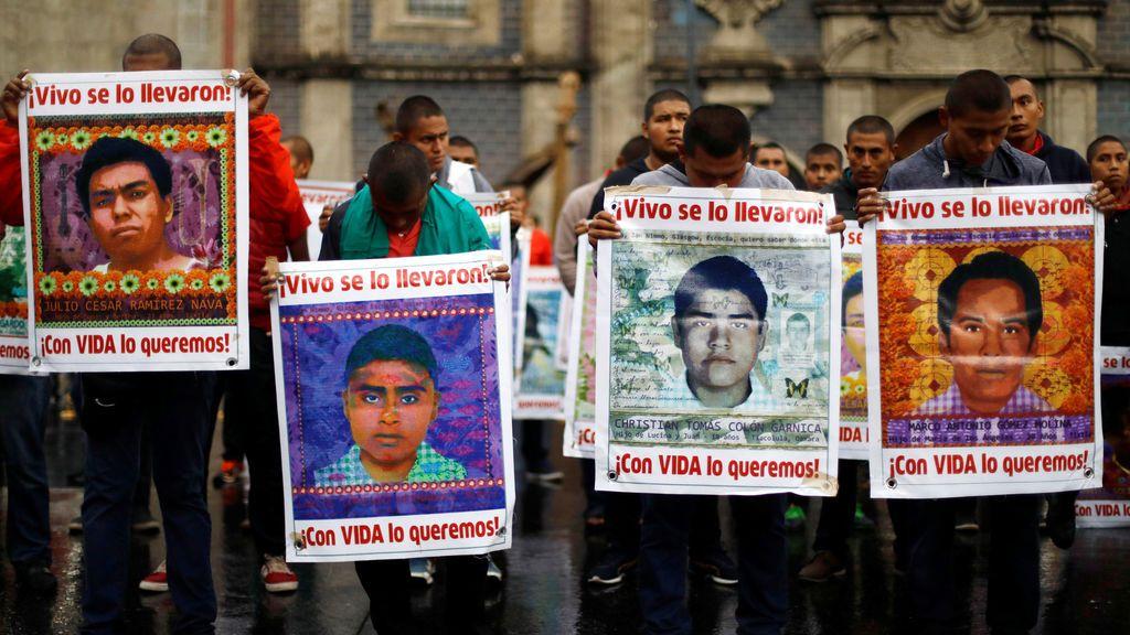 Estudiantes sujetan pancartas de los 43 desaparecidos en Ayotzinapa, 35 meses después de su desaparición