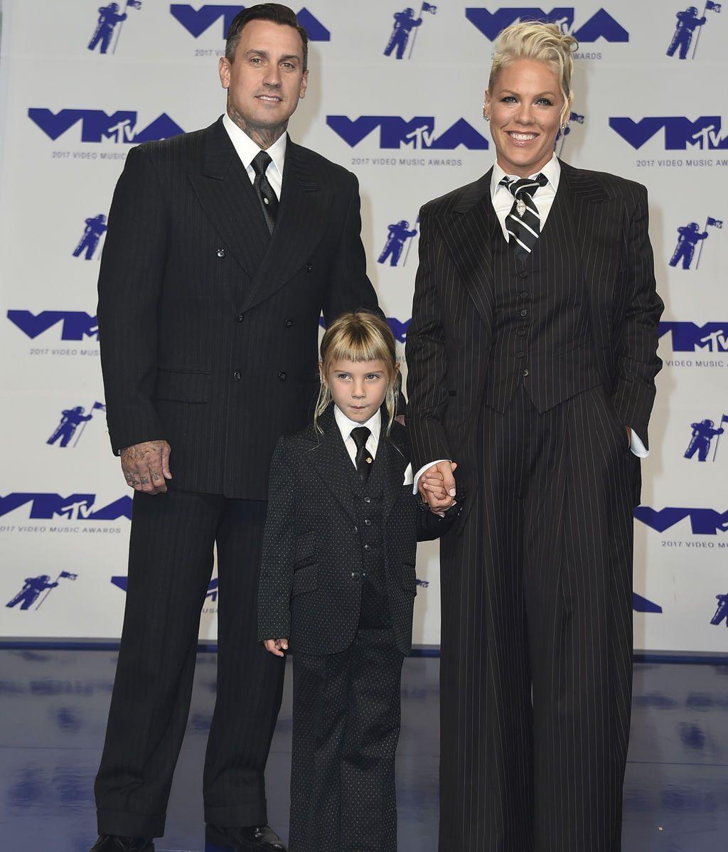 Carey Hart, Pink y su hija Willow Hart muy conjuntados con trajes negros y corbatas
