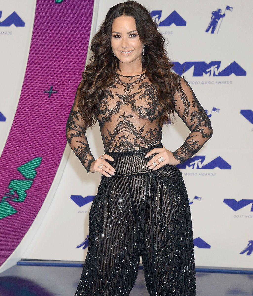 Demi Lovato apostó por un 'total black' con transparencias y pedrería de Zuhair Murad