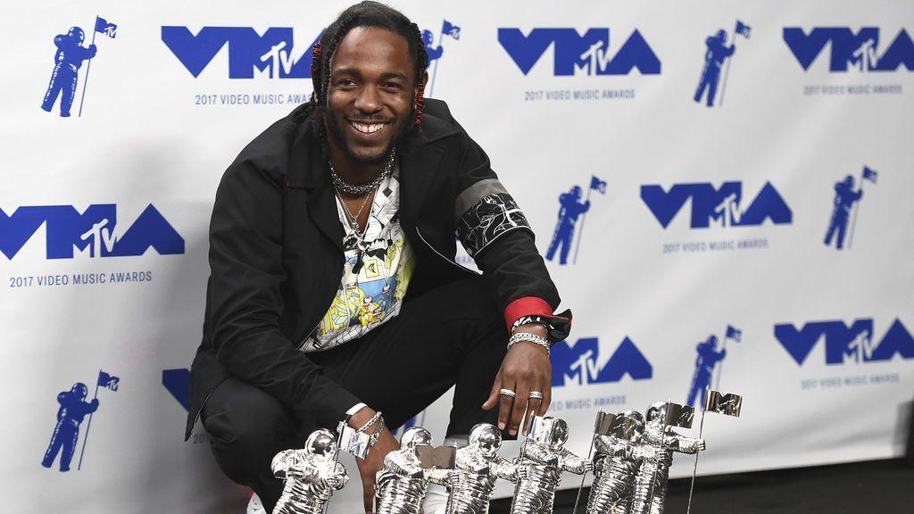 Kendrick Lamar fue el gran triunfador de la noche con 6 estatuillas